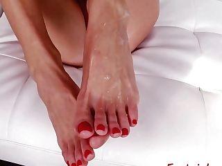 Pussyfucked Glam Stunner Likes Feet Worship Joy