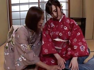 最高すぎる艶美女二人と和室でヤル!